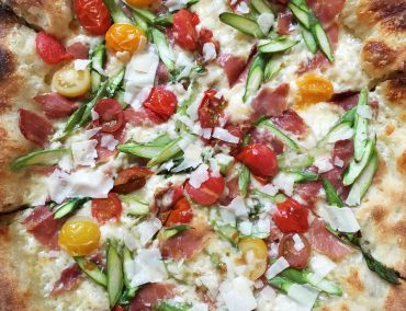 This is a review of Robert's Pizza Company in Chicago by Food Writer Leah Nolan of the Chicago Chic.